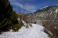 Le chemin enneige remontant a La Socarrada, au fond, la Tossa de Nambet