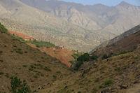 Les terres rouges d&#39Id Aissa en vue! Au fond, l&#39Aguelzim