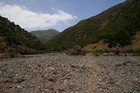 Le chemin remonte un moment le lit presque sec de la riviere au milieu des lauriers roses