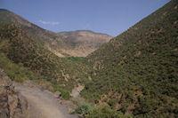 Paysages verdoyants entre Tassa Wirgane et Azersfane, au fond, le Jbel Tasghimout