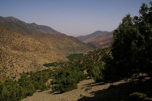Le chemin dans la vallée d&#39Azaden entre Tizi Oussem et Azib Tamsoult, au fond, on apperçoit la bande de terrains rouges d&#39Id Aïssa