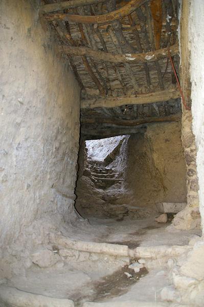 Le chemin passe sous les habitations à Tizi Oussem
