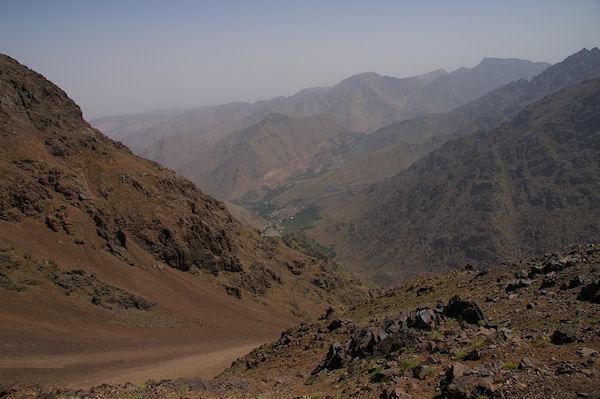 Armed et la vallée d&#39Imlil depuis le chemin descendant au refuge du Toubkal