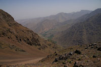 Armed et la vallee d'Imlil depuis le chemin descendant au refuge du Toubkal