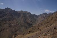 Le Toubkal et le haut de la vallee d'Imlil, le Tizi n Ouagane et le Ouanoukrim a droite
