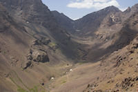 Le refuge du Toubkal est maintenant visible au fond de la vallee d'Imlil