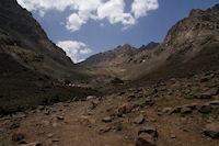 Le refuge du Toubkal, les tentes de bivouak a gauche