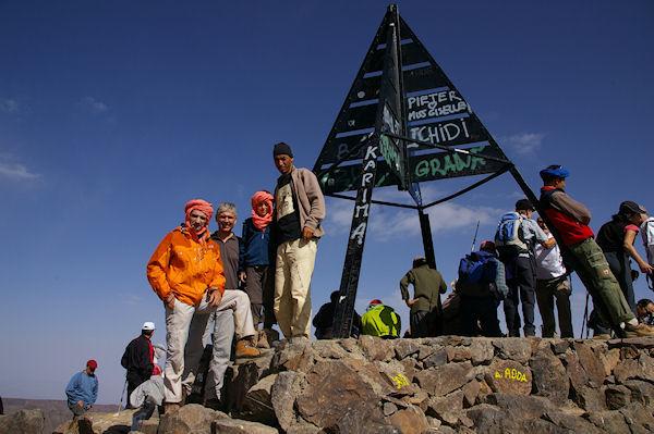 Jacques, Bernard, Alexandre et Said au sommet du Toubkal, Fred prend la photo! Et pourquoi ils ont tous la banane?