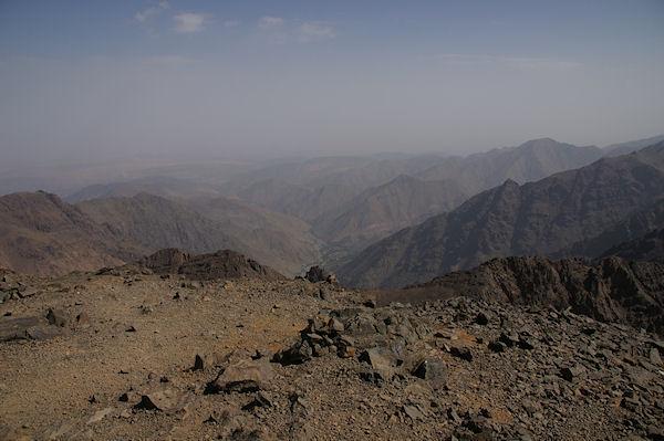 Vue Nord depuis le sommet du Toubkal, la vallée d&#39Imlil
