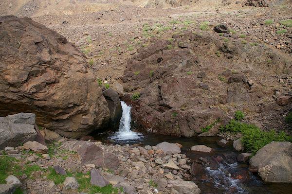 Une petite cascade sur l&#39Assif n Isougouane qui descend la vallée d&#39Imlil