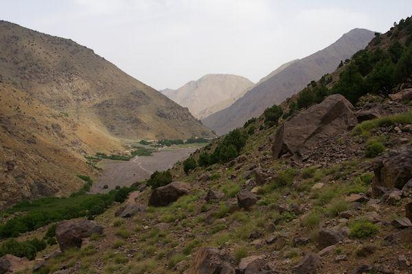 On apperçoit les premières maisons de Amred au fond de la vallée