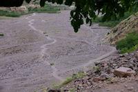 An fond de la vallee il y a des femmes qui portent des charges de fourrage qu'elles ramenent a Amred