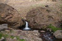 Une petite cascade sur l'Assif n Isougouane qui descend la vallee d'Imlil