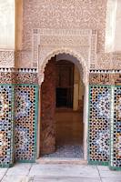 Porte ornée de mosaïques