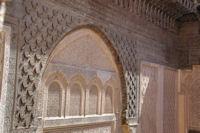 Facade en bois au dessus de la porte d'entree sur la cour