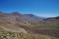 La vallee inferieure de l'Assif Anoug Saln, au fond, les crete de Tiferdin