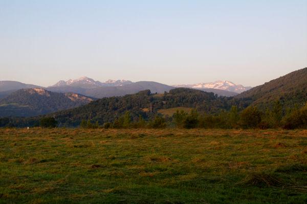 Depuis l_aérodrome de St Girons Antichan, à gauche le Mont Valier, à droite, le Pic de Barlonguère