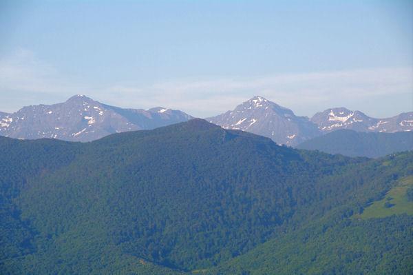 Le Castel Segui au premier plan, derrière, de gauche à droite, le Mail de Bulard, le Pic de Maubermé et Pic de Tartereau