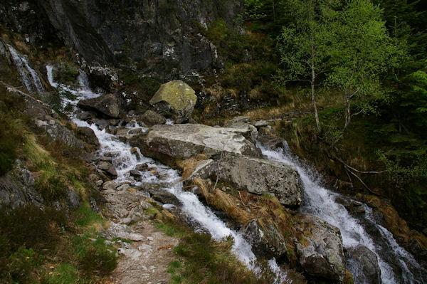 Un ruisseau descendant du Pic de Carrots à passer à gué