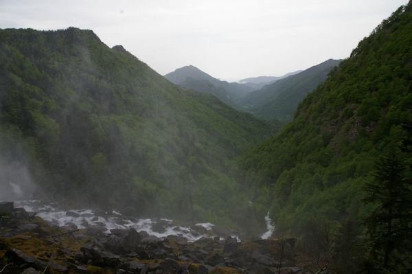 La vallée boisée de la rivière d_Ars embrumée par les embruns de la cascade