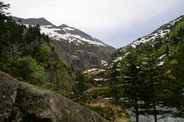 La vallée supérieure de la rivière d_Ars depuis le Cap de Pich, au fond, le Pic de la Lesse, le Pic de Puntussan et le Pic Pres de Puntussan