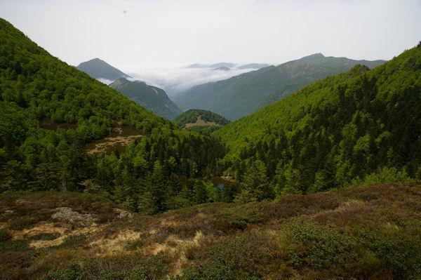 L_étang de Guzet, au fond, la vallée du Garbet