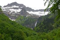 Les cascades d'Ars sont en vue, surplombees par le Pic de Carrots
