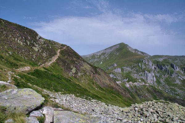 Le chemin menant à l_Etang d_Alate, au fond, le Pic de Girantes