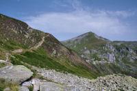 Le chemin menant a l'Etang d'Alate, au fond, le Pic de Girantes