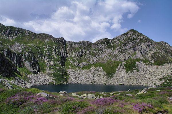 L_Etang d_Alate dominé par le Mont Garias