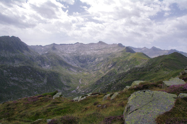 La vallée supérieure de Bassiès, au fond, le Pic Rouge de Bassiès et le Pic Rouge de Belcaire