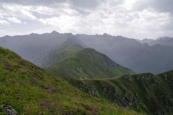 Au premier plan, le Pic des Planes, deriière, les Pics Rouge de Bassiès et de Belcaire et le Pic des Trois Comtes