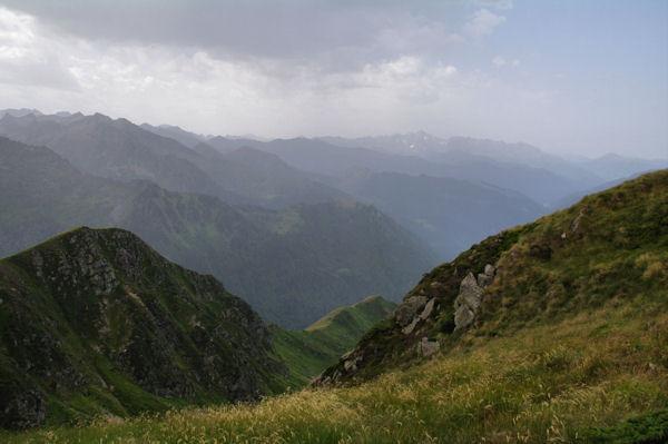 Le ravin de la Coume suivit de la vallée du Garbet, au fond, le Mont Valier