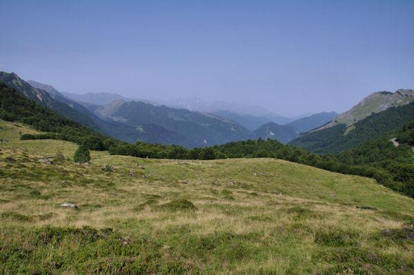 Le vallon de Coumebière, derrière la vallée d_Aulus les Bains, en fond, le Mont Valier