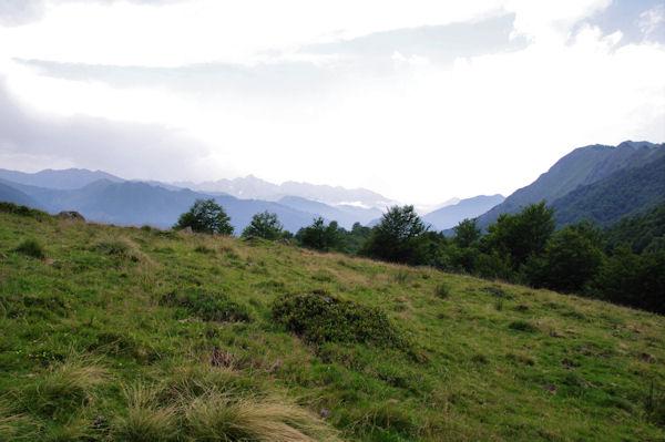 Le vallon de Coumebière, au fond, la vallée du Garbet