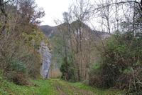 Le chemin sous l_église de Péreille, en face, le Rocher du Paucou