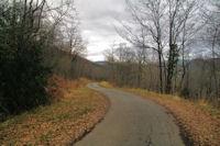 La petite route descendant vers Rabaute