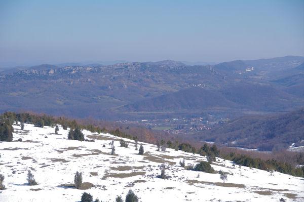 En bas, Vernajoul, derrière la Montagne du Plantaurel