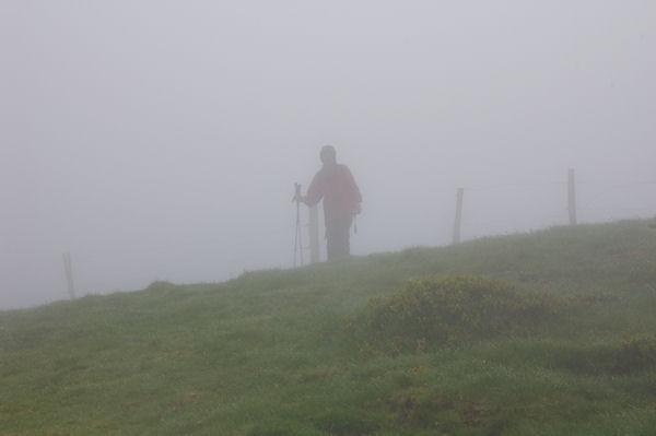 Marie Françoise au sommet du Cap du Carmil dans le brouillard