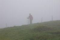 Marie Francoise au sommet du Cap du Carmil dans le brouillard