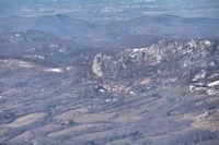Le chateau de Roquefixade, au loin, le chateau de Foix