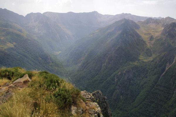 Le vallon supérieur de l_Oriege, au fond, Pic des Récantous, Puig de Terrers, Pic des Mortiers, Puig de la Portella Gran et Pic de la Cometa