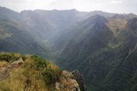 Le vallon superieur de l'Oriege, au fond, Pic des Recantous, Puig de Terrers, Pic des Mortiers, Puig de la Portella Gran et Pic de la Cometa