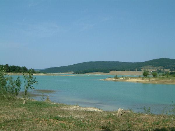Le Lac Montbel depuis la digue centrale vers Les Baylards