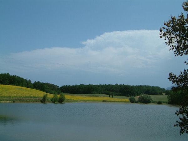 Le Lac Montbel et tournesols vers Les Baylards