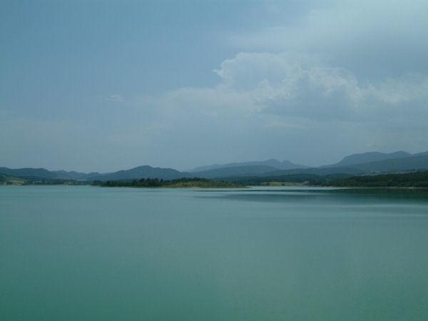 Le Lac Montbel depuis la digue de la forêt de Léran