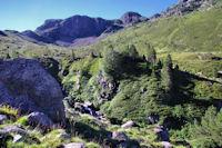 Le ruissseau de l'Estagnol, au fond, les cretes des Calmettes et le Pic de Rulhe