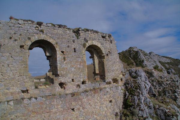 Le château de Roquefixade, en enfilade, le Roc de la Lauzade et le Roc Marot