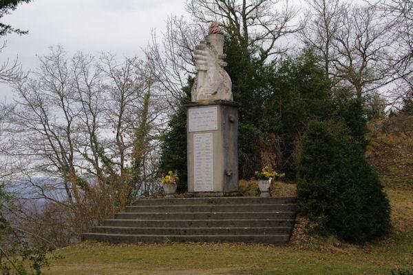Une stèle à la mémoire de Résistants tués sous le Roc de Louis
