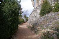 Le chemin sous les falaises montant au chateau de Roquefixade